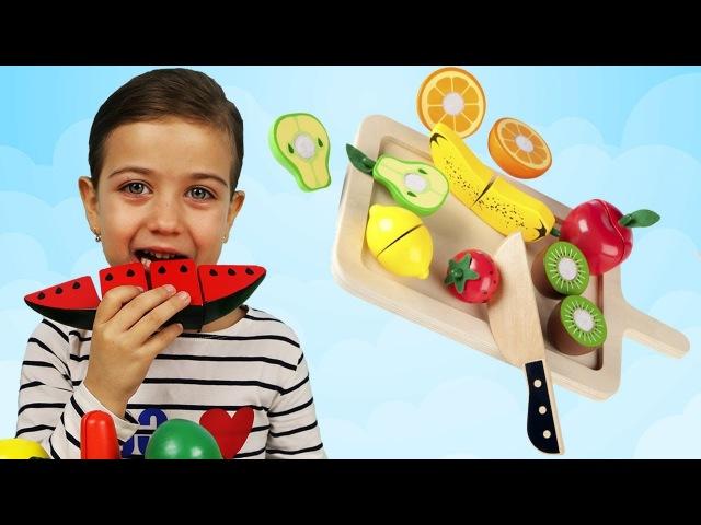 Играем и Учим Фрукты и Овощи на липучках! Играем вместе в веселую кухню с Эмилюшей! Режем фрукты