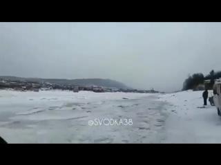 Люди переходят Витим по тонкому льду