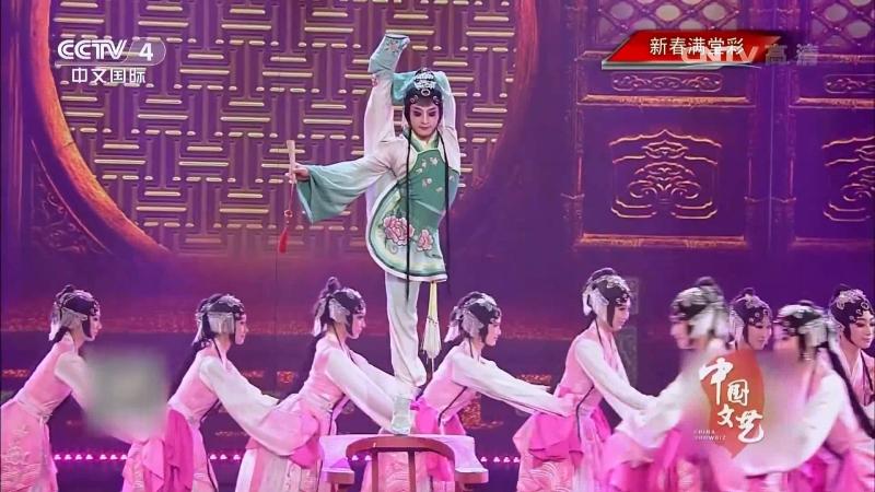 Танец на цветных катурнах принцессы Хуацзинь по краюшку стула, из традиционной китайской оперы «Фэньмо Чуньцю».