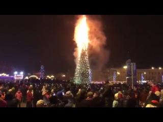 Россия: главная елка Сахалина сгорела в новогоднюю ночь