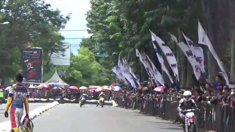 HEBOH Aksi Tendang dan Lempar Karung Bondowoso Road Race