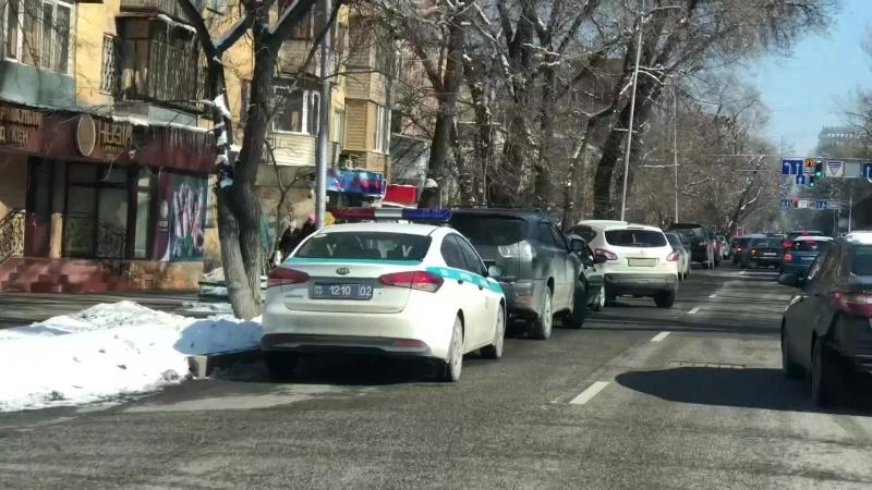 Полиция Алматы бездействует и сама нарушает ПДД РК.