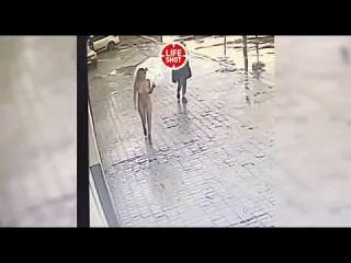 Девушка на спор приехала голой на автомойку