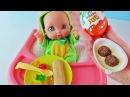 Новая Кукла Пупсик Тема кушает снек, мармелад и киндер джой. Открываем сюрприз. Зырики ТВ