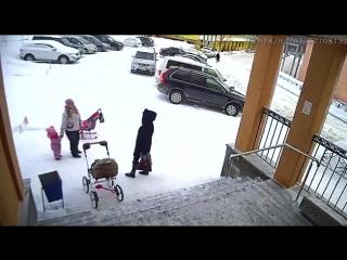 Сход снега с крыши администрации пос.Видяево на маму с ребенком