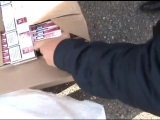Вскрытие коробок с контрабандными сигаретами