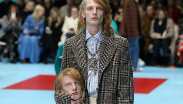 Дом моды Gucci снова удивил своих поклонников. На показе осень-зима — 2018 одни модели прошли по подиуму с собственными головами в руках, другие — с драконами, хамелеонами и змеями.