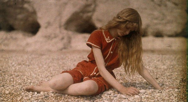 Английский инженер и фотограф Мервин О'Горман (Mervyn O'Gorman) (1871-1958) является пионером цветной фотографии. Мервину было 42, когда он решил запечатлеть в цветной фотосессии свою дочь Кристину в 1913 году.
