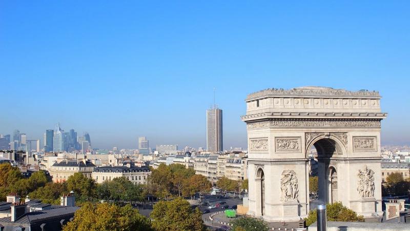 Франция, Париж, Триумфальная арка из отеля Radisson Blu Champs-Elysees