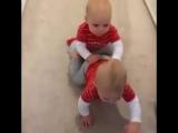 У близнецов явно есть свой язык_mamakashop.ru
