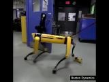 Компания Boston Dynamics опубликовала новое видео, где человек пытается помешать роботу SpotMini открыть дверь.