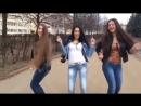 Симпатичные девушки великолепно танцуют под музыку!