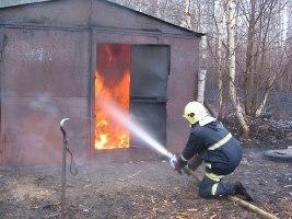 В Мурманске 13 пожарных тушили горящий гараж