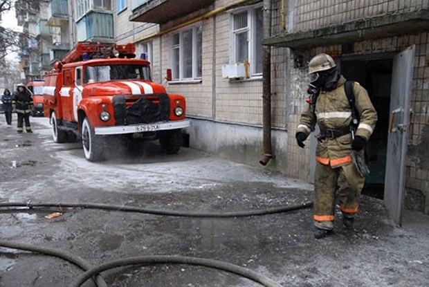В Мурманске из горящей слесарной подсобки спасли человека
