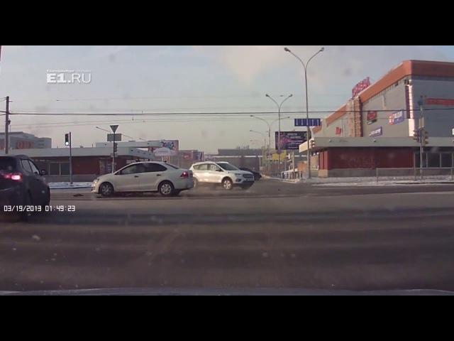 Возле Карнавала Volkswagen вылетел на красный и протаранил Ford