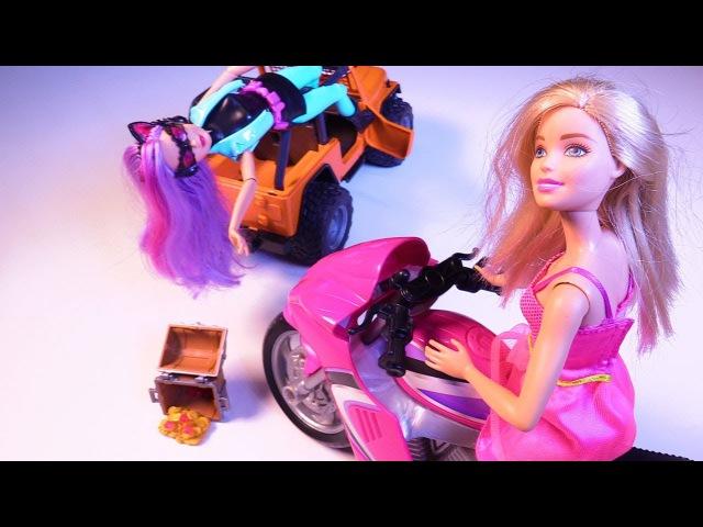 Игры БАРБИ. Видео для детей: Кукла ПАТРИЦИЯ украла сундук! БАРБИ в погоню!