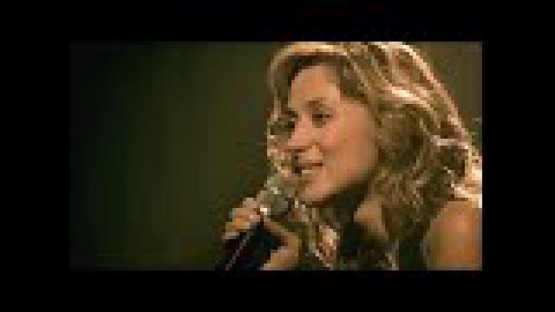 Это её первый концерт после смерти любимого человека Она вышла на сцену, но не