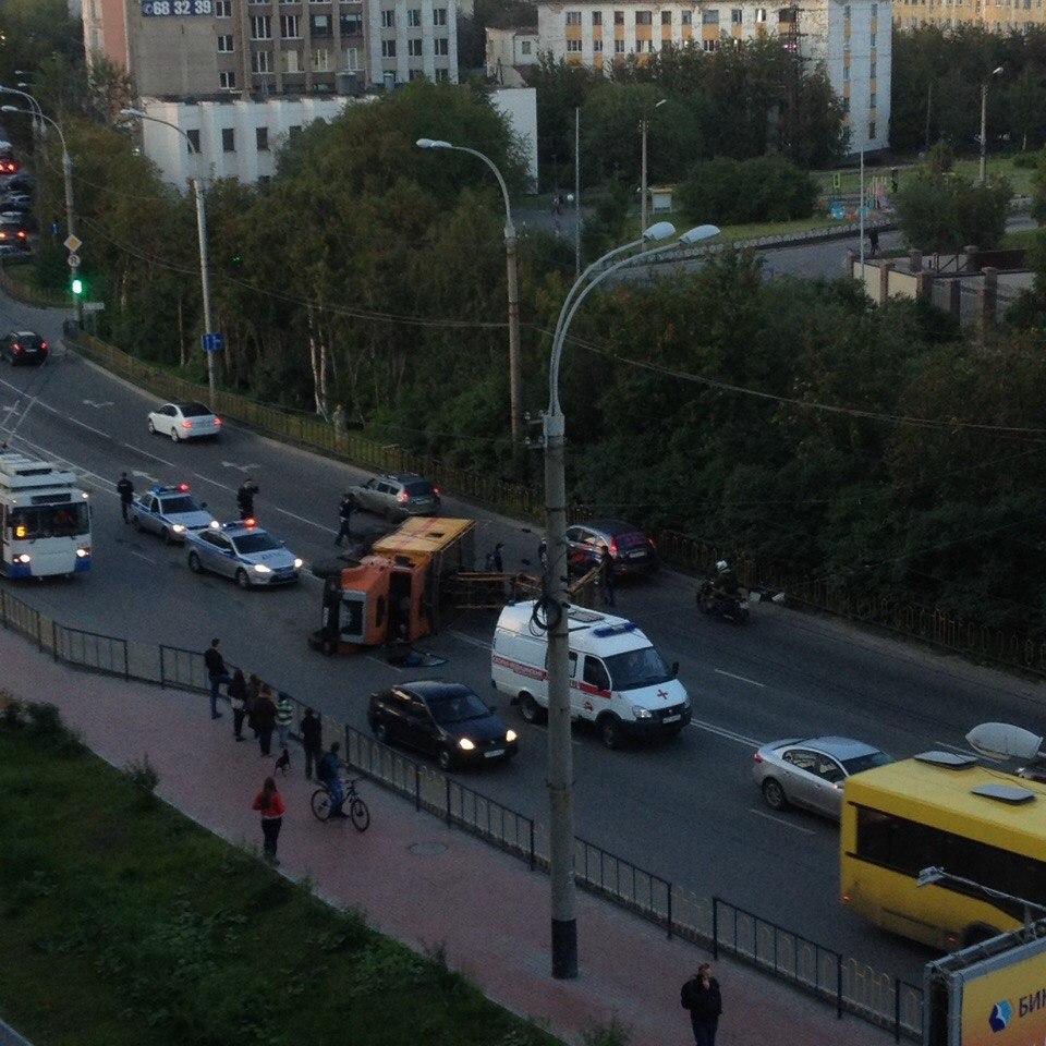 В центре Мурманска перевернулся ЗИЛ, ремонтирующий линии электропередач