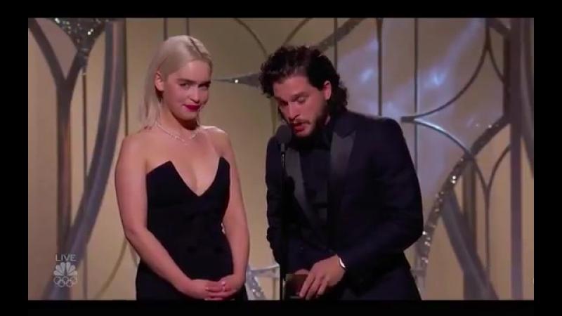 Emilia Clarke e Kit Harington apresentando: Melhor Ator em Comédia/Musical