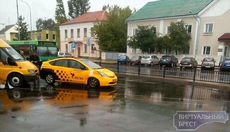 """Обидное"" ДТП на вокзале: столкнулись маршрутка и такси"