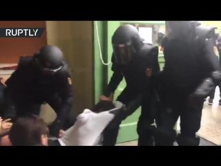 Вежливая полиция Каталонии вытаскивает людей с избирательного участка за волосы