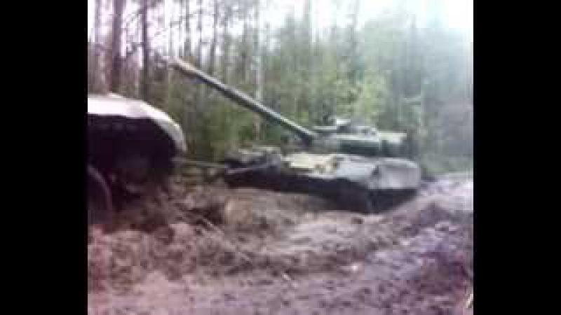 Брэм вытаскивает танк из болота