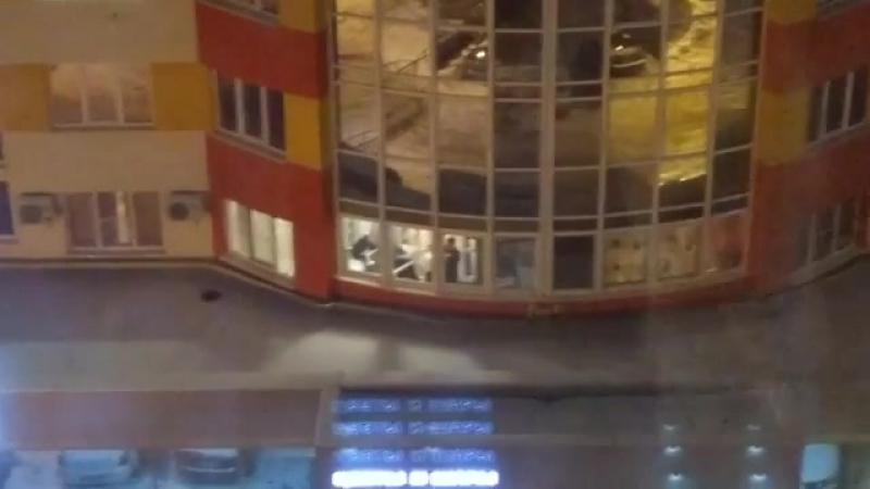 На окраине Рязани неизвестные устроили стрельбу с лоджии дома. Соответствующая видеозапись размещена в Telegram. «Стрельба с лод