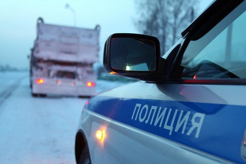 Томского дальнобойщика, замерзающего на трассе, спасли кузбасские полицейские
