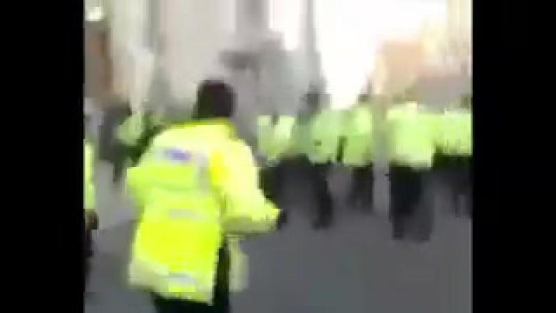 Толпа мусульман с криками Аллаху акбар! бросается на лондонских ментов. Менты позорно бегут.