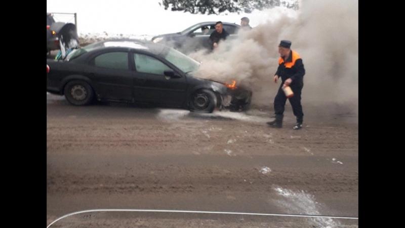 Видео: в Петербурге горящий на дороге автомобиль тушили снегом
