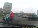 Мать с ребенком в коляске выскакивает на проезжую часть.