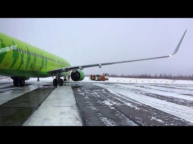 В Новом Уренгое самолет выкатился за пределы взлетно посадочной полосы
