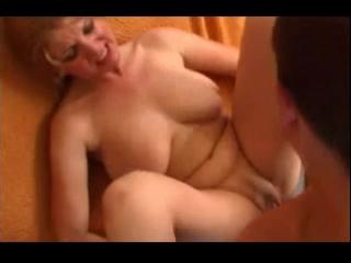 Трахает русскую мать, mature hot horny russian mom young boy saggy tits boob fuck boy cum porn (Инцест со зрелыми мамочками 18+)