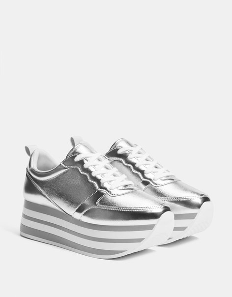 Серебристые кроссовки на платформе