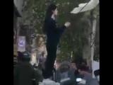 Иранская женщина сняла хиджаб в знак протеста
