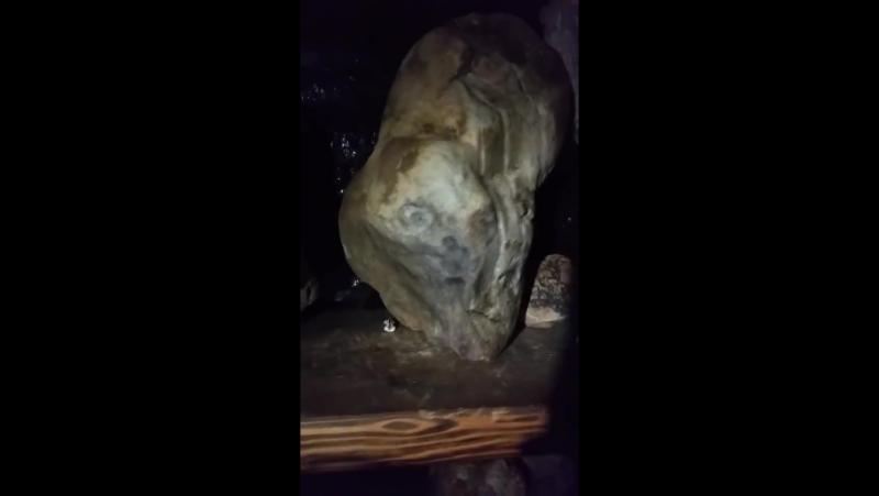 ... таинственный камень с двумя лицами...