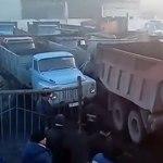 Жесткая битва грузовиков в пробке: видео из Казахстана