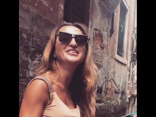 Музыка в Италии, поет песни