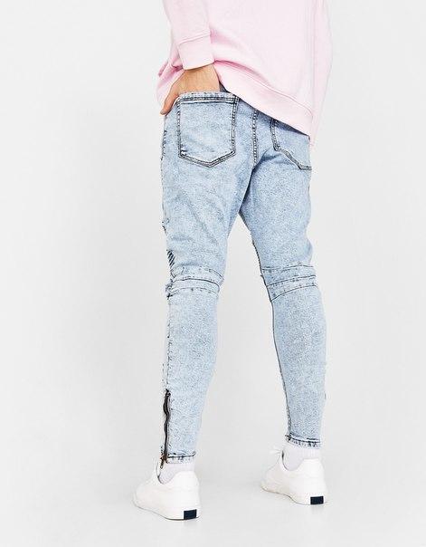 Джинсы с изогнутой линией штанины и разрывами