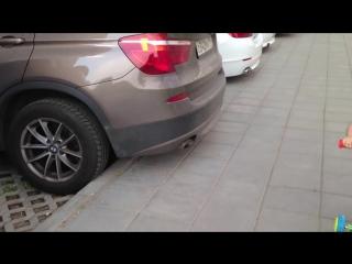 «А это какая машина?»: Двухлетняя Элли узнала марки всех машин на парковке