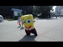 Губка Боб квадратные штаны танцует в парке Горького