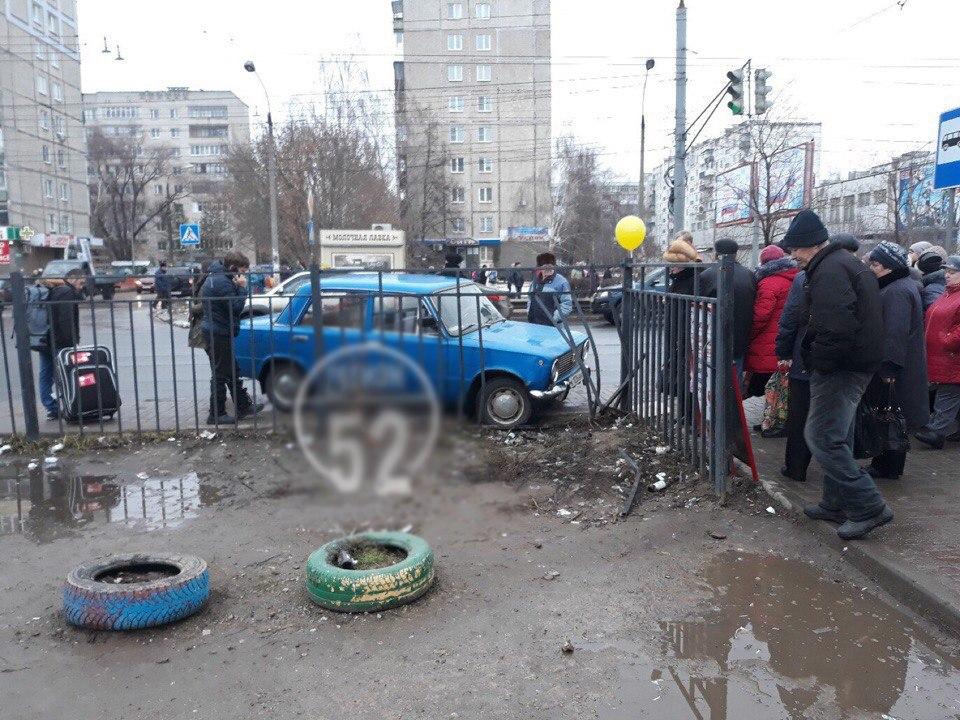 ВНижнем Новгороде автомобиль сбил женщину сгрудным сыном