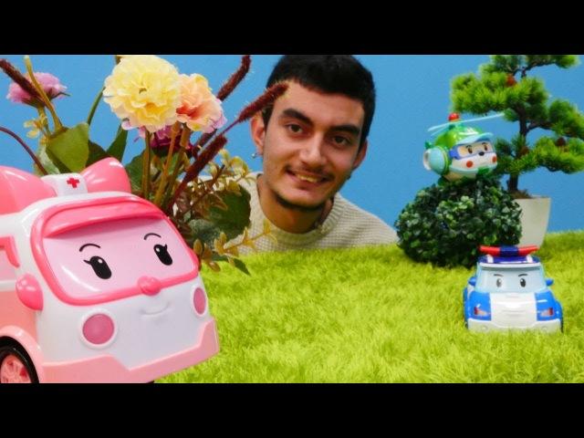 Robocar Poli Amber için çiçek topluyor. Çizgi film oyuncakları