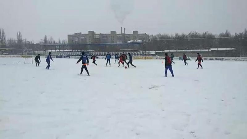 Снег футболу не помеха. Оплот Донбасса на тренировке.