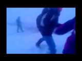 В Сети появилось видео, на котором якутские школьники в лютую метель возвращаются домой. Их сносит потоком ветра, но они продолж