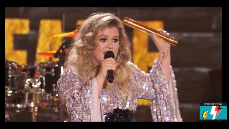 Kelsea Ballerini - presenting Hall Of Fame award to Kelly Clarkson (Live at Nickelodeon HALO Awards 2017)