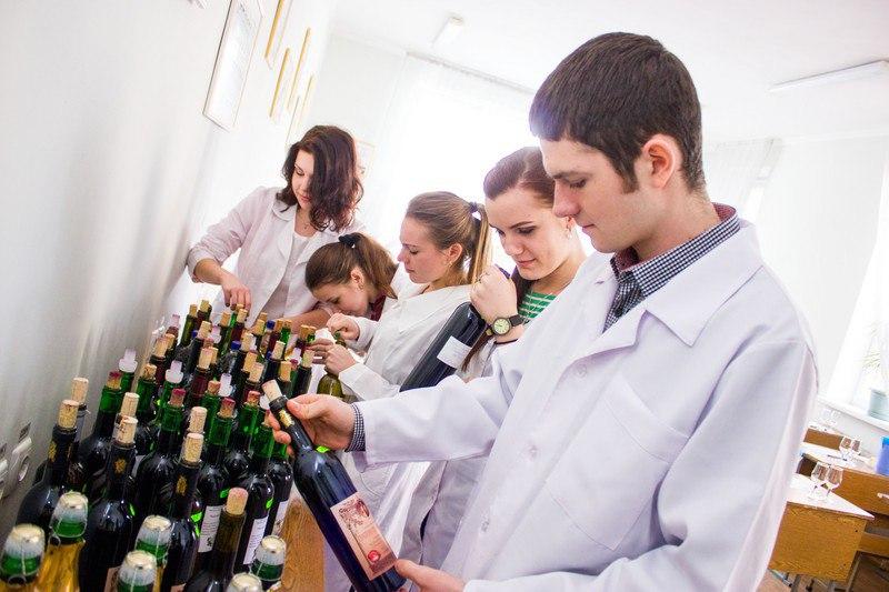 В университете на день открытых дверей школьников напоили вином