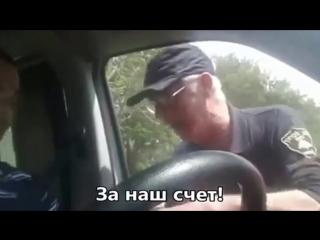 прикол 8 мая Беседа охранника с водителем облом дебил pour les russophones!).mp4
