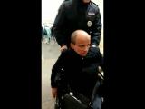 Полицейский помогает инвалиду в метро