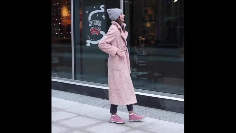 Доброе утро и чудесных выходных! ☕️🍨На видео: длинное пальто-букле с поясом и кнопками пудрового цвета, шерстяная серая водолаз